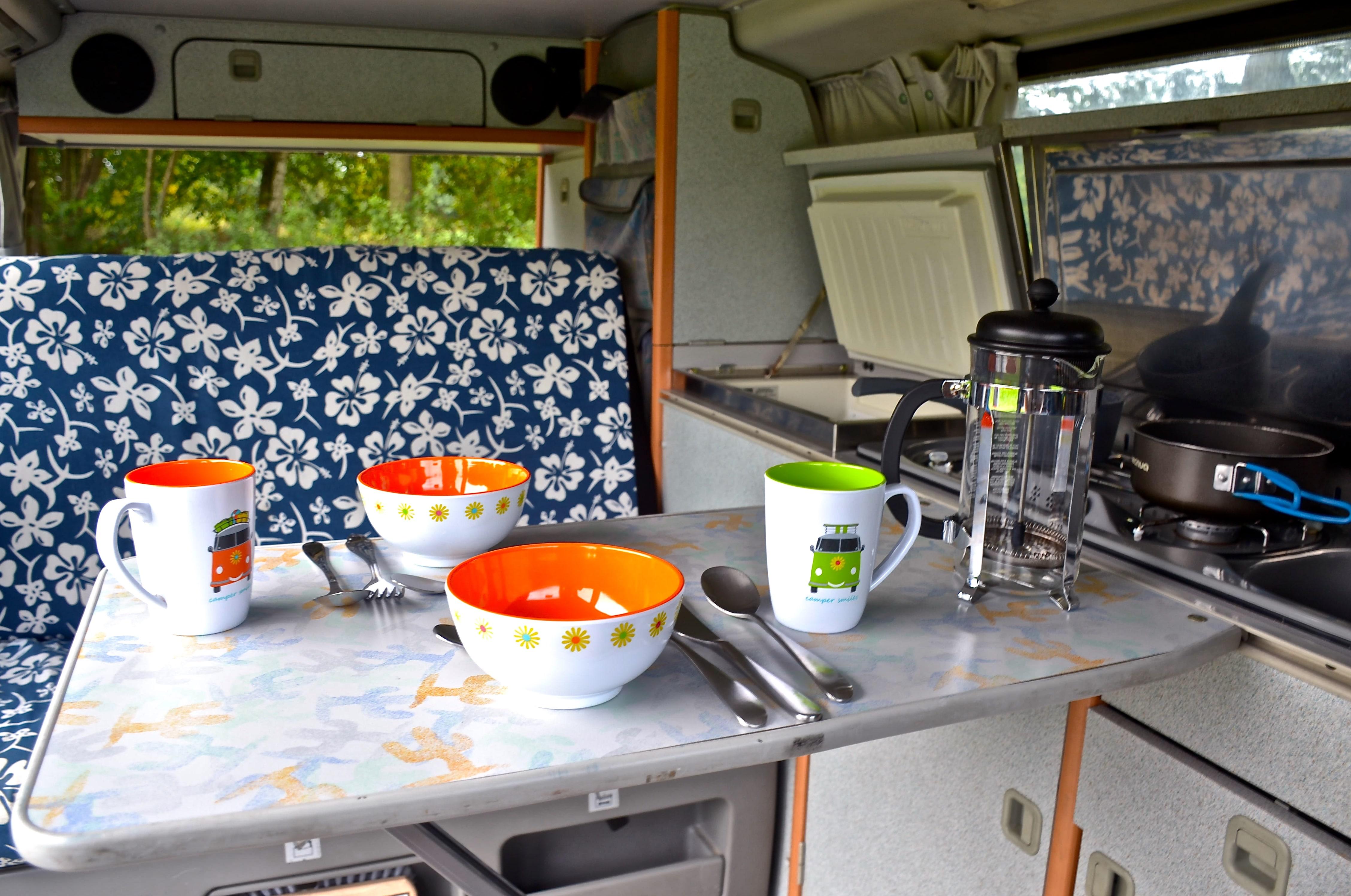 T4 von Innen mit Kocher und Tisch