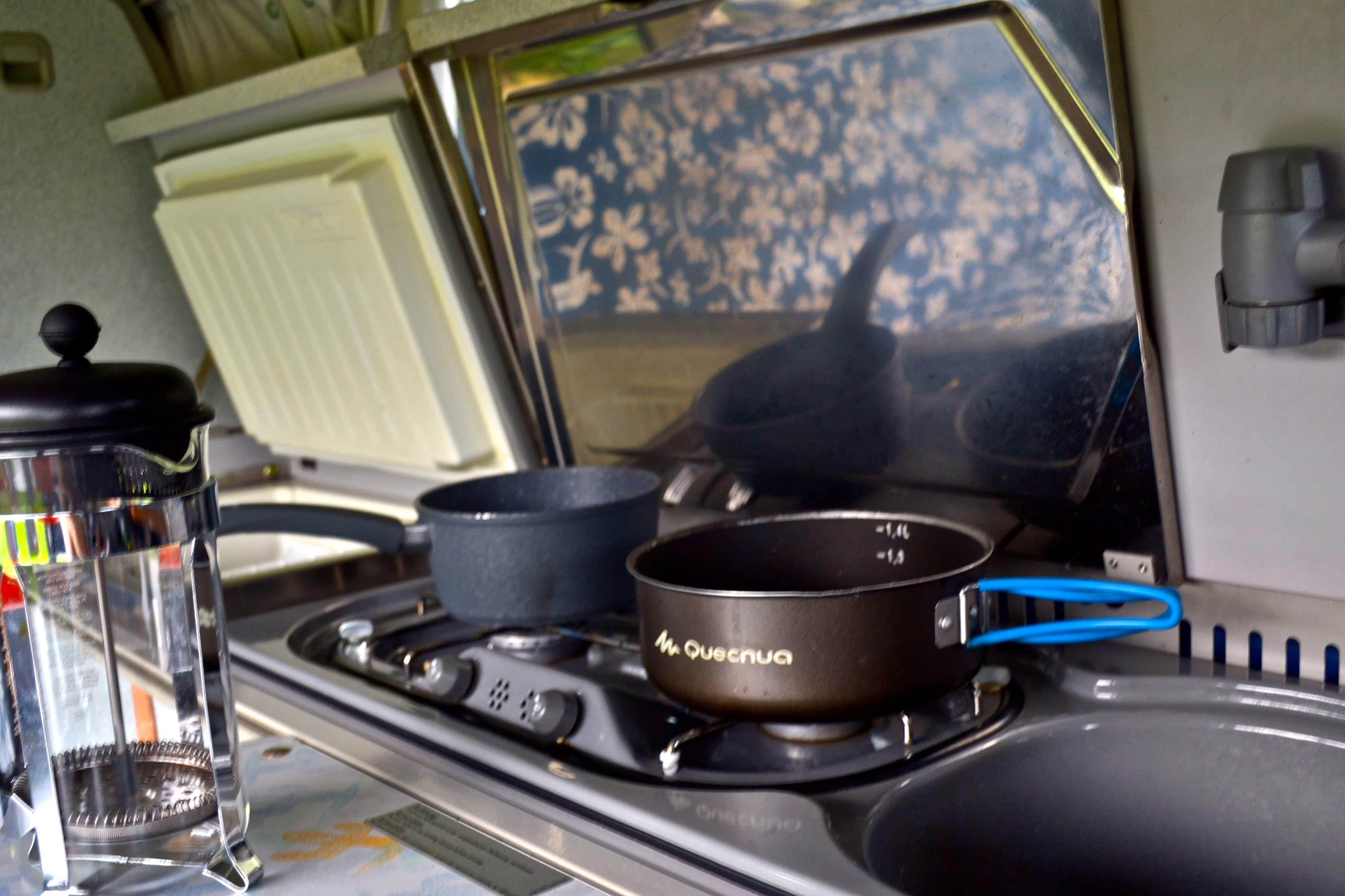 Zweiflammige Kocher, Spüle und Kühlschrank