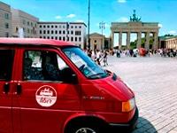 Bulli von liber rental vor Brandenburger Tor