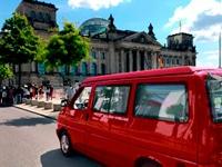 Bulli von liber rental vor berliner Reichstag