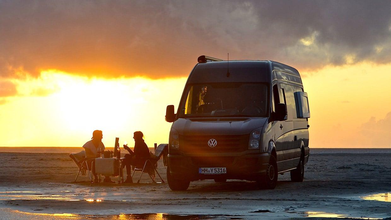 Der Entdecker am Strand Sonnenuntergang VW Crafter mit Individualausbau Bullifaktur