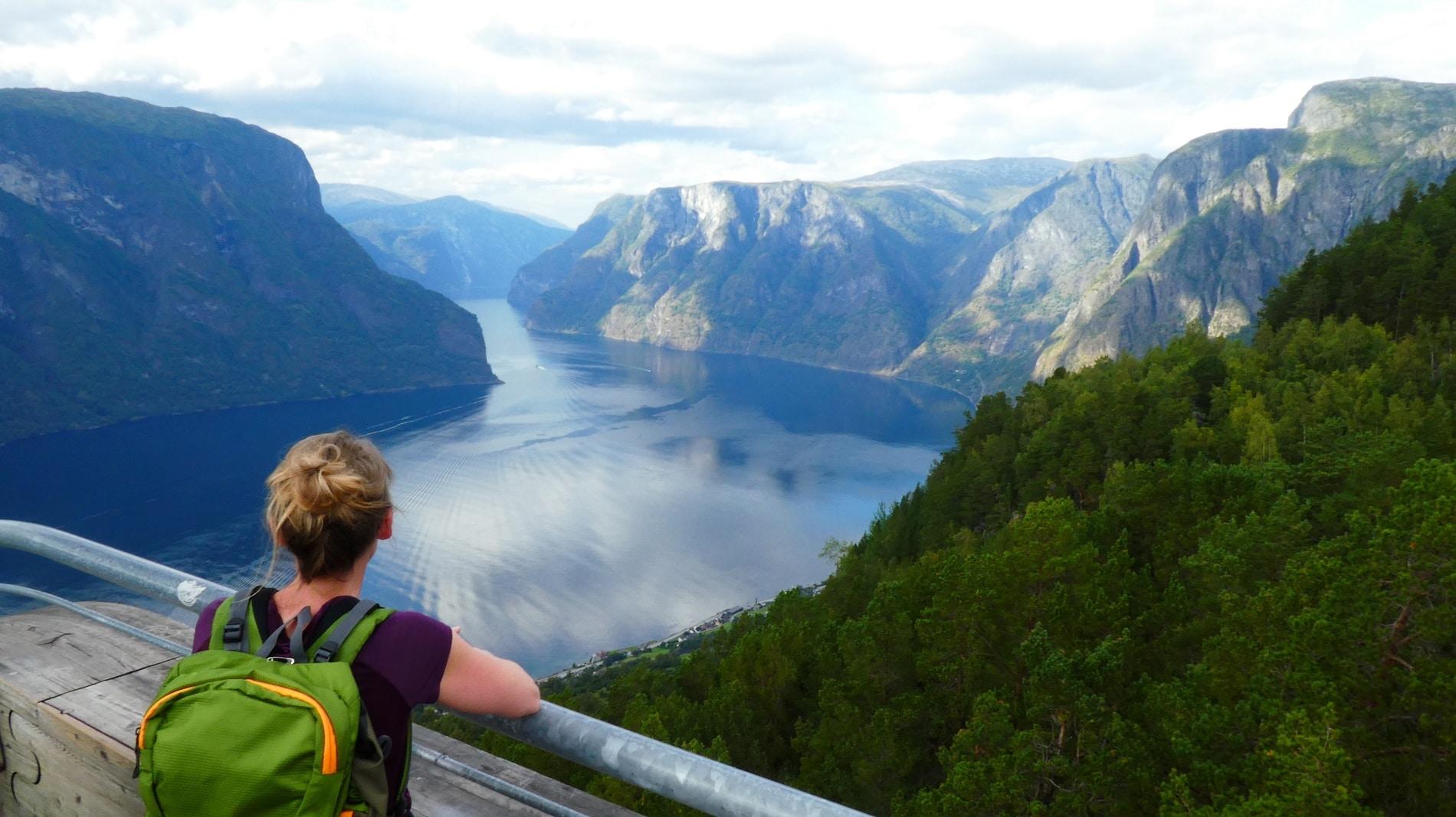 Stegastein ist ein Aussichtspunkt in der Gemeinde Aurland in Norwegen