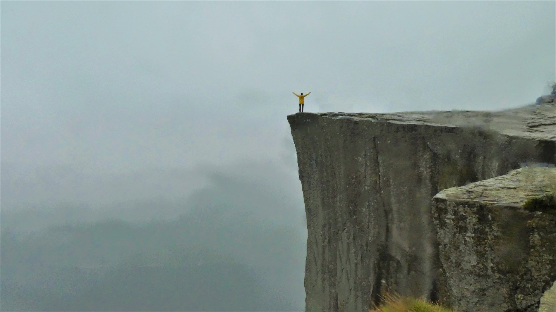 Preikestolen ist eine natürliche Felsplattform in Ryfylke in der norwegischen Provinz Rogaland